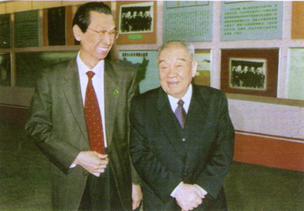 伏来旺(左)和布赫(右)在乌兰夫纪念馆。 内蒙古日报 图