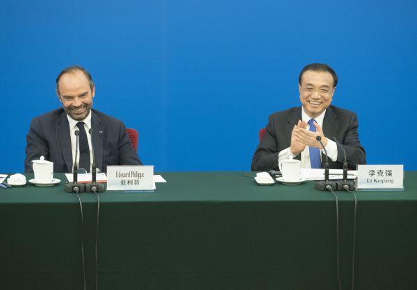6月25日,国务院总理李克强在北京人民大会堂与法国总理菲利普共同出席中法企业家座谈会。(新华社)