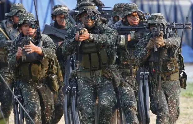 ▲菲海军和海军陆战队正在进行模拟战斗。