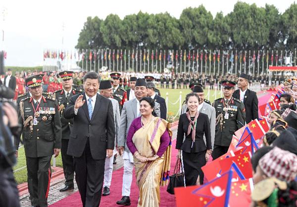 10月12日,国家主席习近平乘专机抵达加德满都,开始对尼泊尔进行国事访问。尼泊尔总统班达里在机场为习近平举行具有浓郁尼泊尔民族特色的欢迎仪式。新华社记者高洁摄