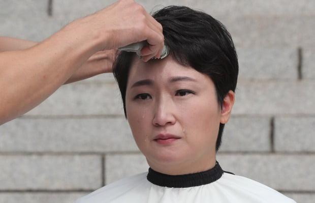 10日,韩国女议员李彦周当寡剃秃顶,流下泪火(韩联社)