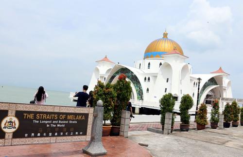 資料圖片:遊客在馬來西亞馬六甲海峽遊覽(2015年4月24日攝)。新華社記者 李鵬 攝