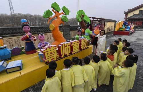 资料图片:2016年12月27日,河北省衡水市的孙敬学堂的老师在给孩子们讲解尊师重教的历史故事。新华社记者李晓果摄