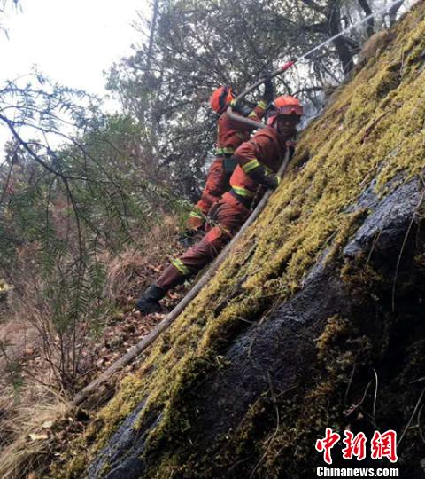 四川冕宁森林火灾3架直升机吊水灭火 东线火场发展减弱