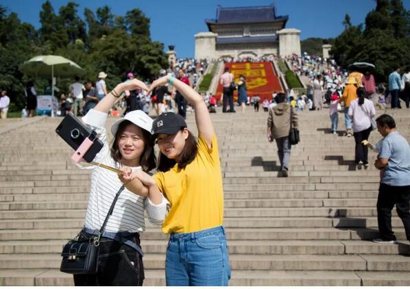 """长假首日中山陵预约分流效果好游客不多还能""""凹造型""""拍照"""