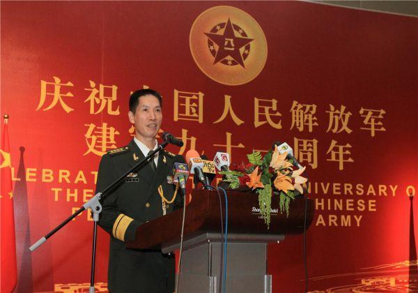 图为中国驻斯里兰卡使馆武官许建伟