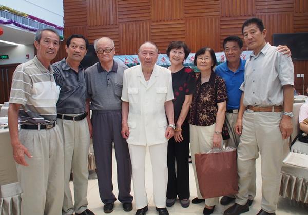 方紉秋(中)出席上海足球老教練員運動員聯誼會