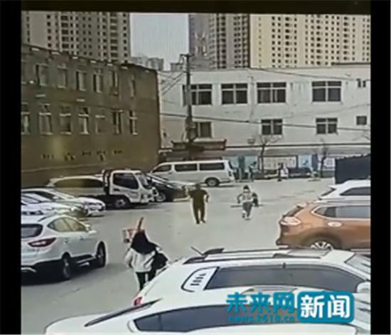 李明君跑到井边救助落入井中的孩子 来源于网络视频截图