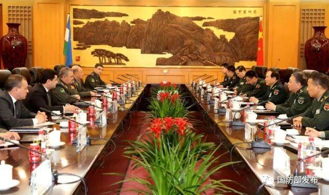 4月21日,国务委员兼国防部长魏凤和在北京与来访的乌兹别克斯坦国防部长阿济佐夫举行会谈。张宇 摄
