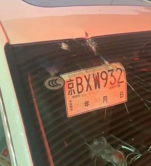 《中国机长》险情?新车车主南六环遇飞石砸碎玻璃