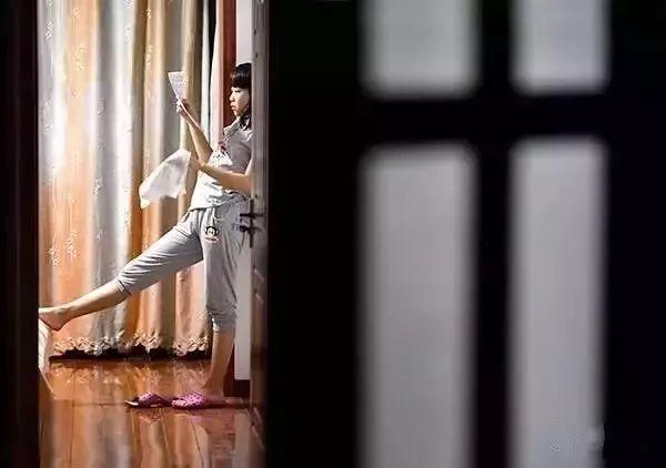 """""""明天还得接着考,晚上,女儿在房间里做最后的复习。""""(图源:青岛日报)"""