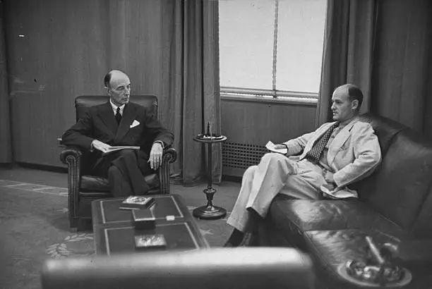 ▲杜鲁门时期的美国国防部长罗伯特·洛维特(左)与凯南