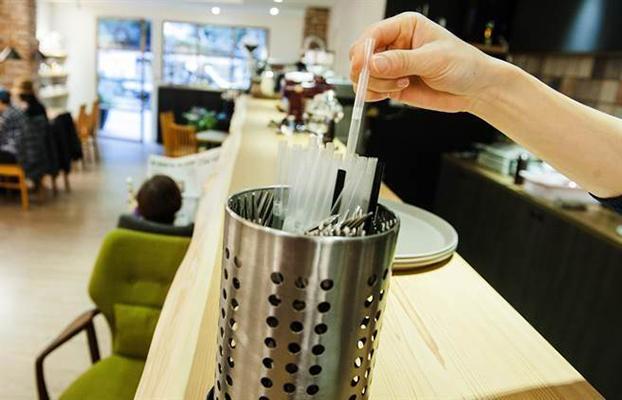 外带饮料临时改店内喝时用塑料吸管不罚款.网友听到该新规定,讽刺:选举到,转弯了.(图片来源:台湾