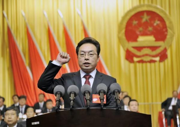 """新当选的运城市人民政府市长朱鹏进行宪法宣誓。微信公众号""""运城新闻网"""" 图"""