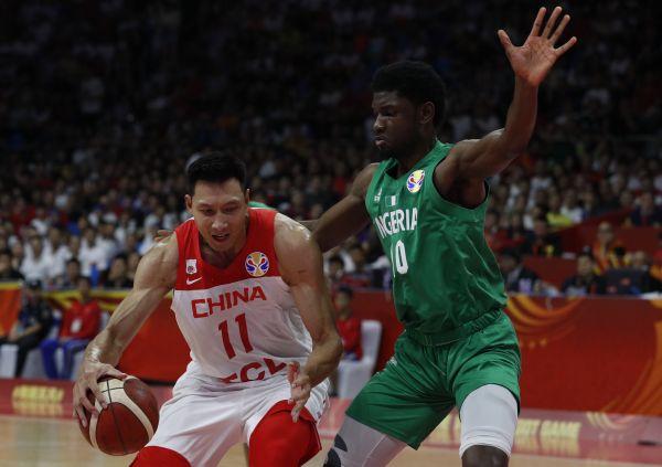 2019年9月8日,中国队球星易建联正在取僧日利亚队的角逐中。(路透社)