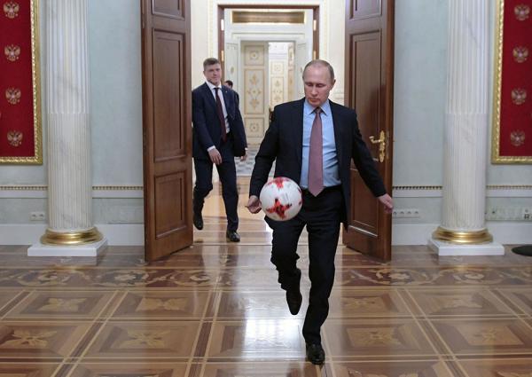 "</div> <p>  </p> <p>  众所周知,俄罗斯总统普京是一名运动健将,精通柔道、拳击、游泳、冰球、滑雪、划船、赛车……</p> <p>  不过,作为即将举办世界球足球赛的东道国总统,普京却似乎很少在公开场合踢足球。但普京也是铁杆球迷,他曾代表克格勃和东德比赛。</p> <p>  上世纪80年代,普京在克格勃工作时,曾被派驻东德德累斯顿工作。那时,苏联克格勃情报人员常常与东德国家安全部的情报人员组织各类体育比赛,其中一项重要赛事就是足球。</p> <p>  据普京当年的东德同事回忆,克格勃所有情报人员都酷爱足球,普京也不例外。普京参加足球赛,是抱着志在必得的决心,每一场都拼尽全力非赢不可。</p> <p>  2005年,莫斯科中央陆军足球队获得了欧洲足联杯冠军,普京在莫斯科郊外的总统官邸接见了球员们。球员们传给普京一个足球,普京还顺势耍了几下。</p> <p>  在俄罗斯世界杯倒计时100天之际,国际足联发布了一段宣传片,众多大牌球星相继亮相颠球100次,普京压轴出场,不但脚法精湛,最后还用头球结束了第100个球,相当专业。</p> <p>  谁将会赢得本届世界杯的冠军呢?普京日前接受采访时提出了四大热门:阿根廷、巴西、德国、西班牙。</p> <p>  而普京最喜欢的足球运动员是谁呢?普京说:""在俄罗斯和前苏联球员中,我的最爱是列夫</p> <div> <div class="