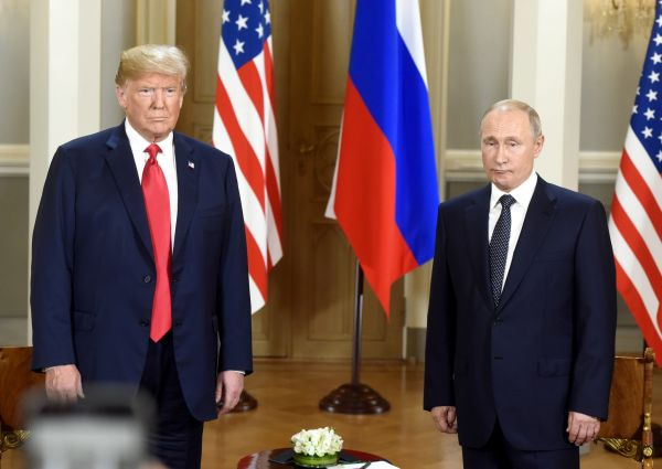 7月16日,美国总统特朗普(左)和俄罗斯总统普京在芬兰首都赫尔辛基举行会晤。 新华社发