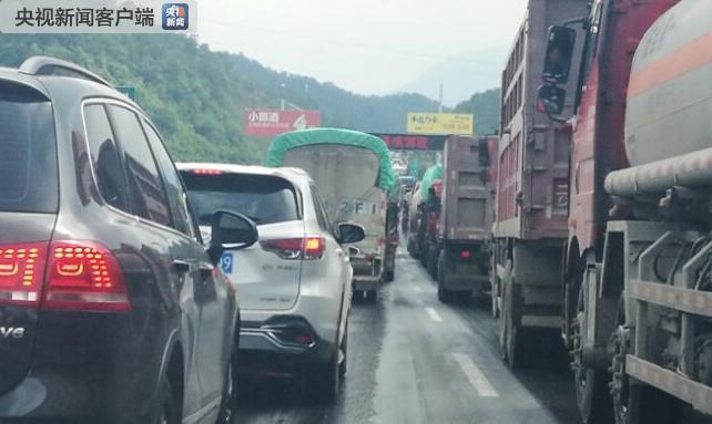 云南昆楚高速一路段发生5起交通事故:24车追尾 2人受伤