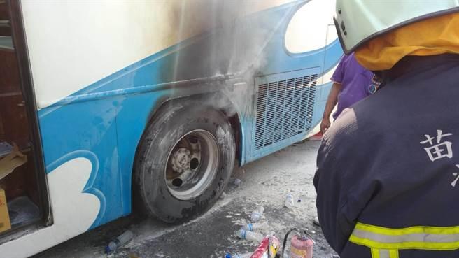 游览车爆胎。(图片来源:台湾《中时电子报》)