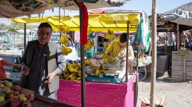 哈扎拉墓园内的菜市场
