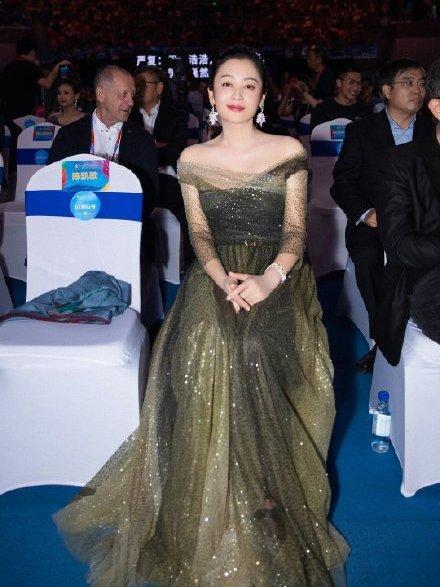 51岁陈红气质不减,穿星光纱裙秀直角肩,与陈凯歌16岁年龄差明显