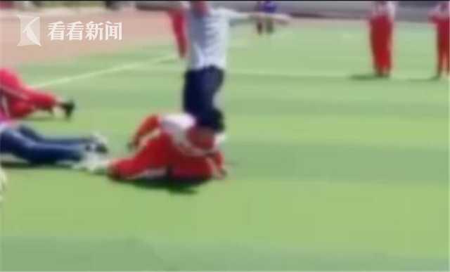 中学老师强制学生做俯卧撑 不服从便掐脖狠踹
