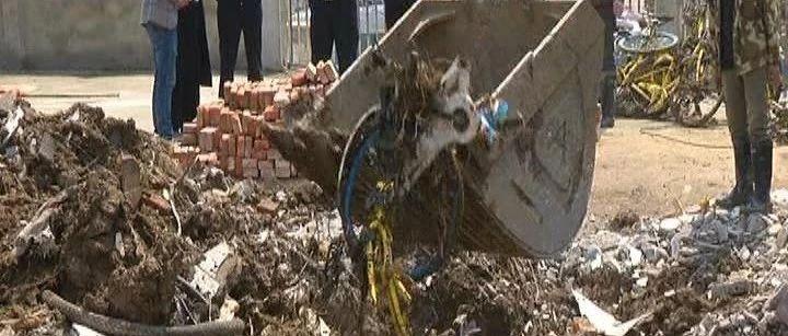 """触目惊心!武汉一工地内,共享单车遭""""活埋"""",当场被挖出七辆……"""