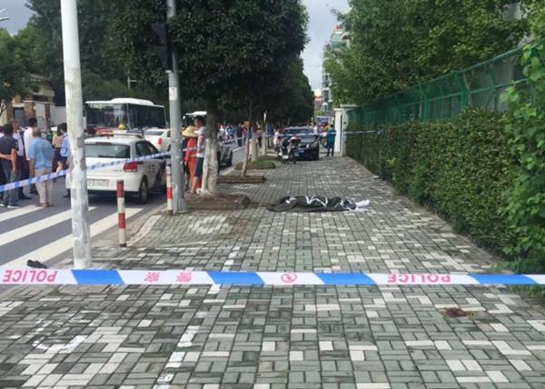 上海一司机开车撞倒行人后又连撞三车 致一死多伤