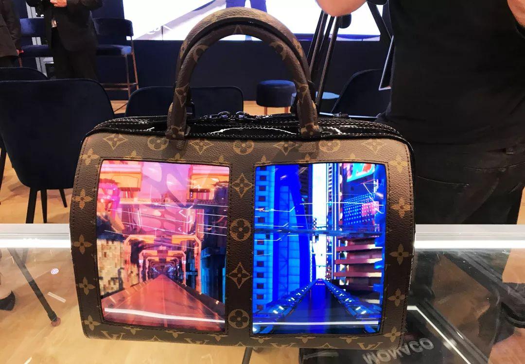 据工作人员介绍,这款手拎包在全球仅此一款,充电后屏幕可待机4个小时。