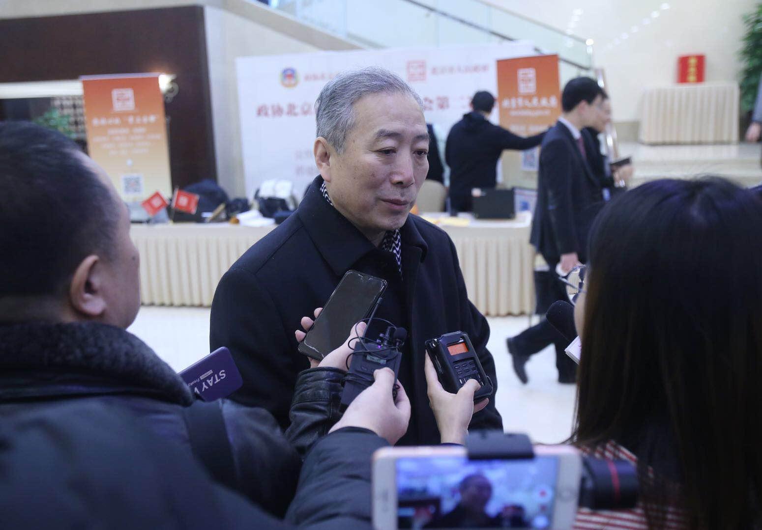 市政协委员宋慰祖报到并接受记者采访。新京报记者 王贵彬/摄