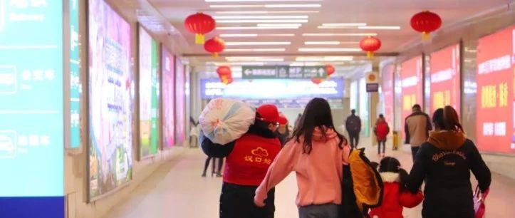 武汉一高校180名大学生志愿者在汉口火车站开展春运服务