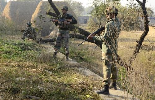 2016年1月3日,印度安全部队人员在印度伯坦果德空军基地外持枪警戒。 新华社发
