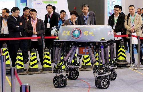 2017年4月19日,参观者观看一个电动并联式轮足机器人的现场演示。新华社记者 方喆 摄