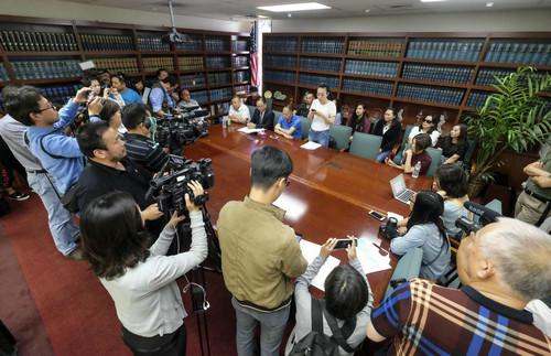 2018年6月8日,在美国洛杉矶,江玥的家人和律师与媒体见面。新华社发