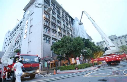 消防员救火。(图:台湾《中时电子报》/赵双杰 摄)