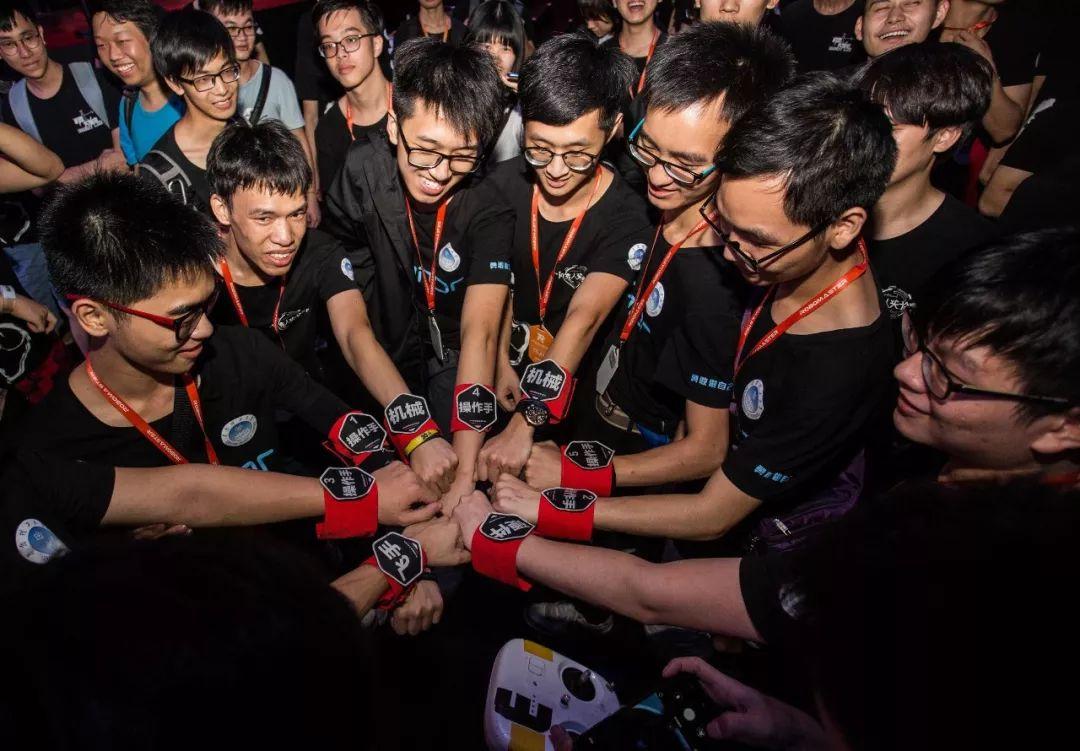 华工卫冕RoboMaster 2018全国大学生机器人大赛总冠军!