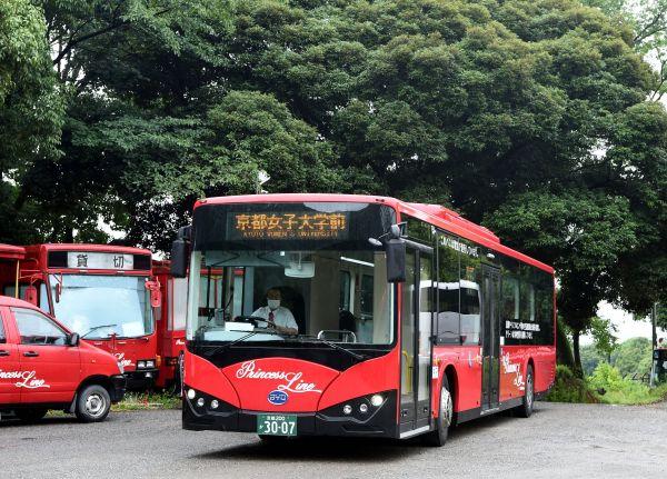 材料图:正在日本京皆,比亚迪电动巴士到达京皆男子年夜教站。(新华社)