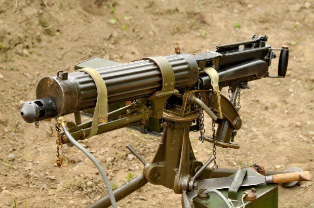 英国父子将磁铁扔河里寻宝,竟捞出一战著名机枪:维克斯机枪