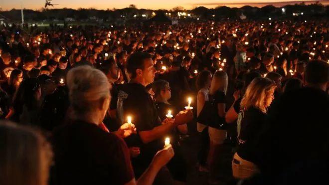 ▲人们在烛光集会上哀悼在佛罗里达枪击案中逝去的17条生命。(盖帝图像)