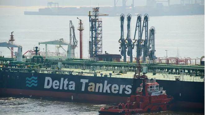 ▲分析认为,美国退出伊核协议将推高国际原油价格。图为运送伊朗石油的巨轮。(欧新社)
