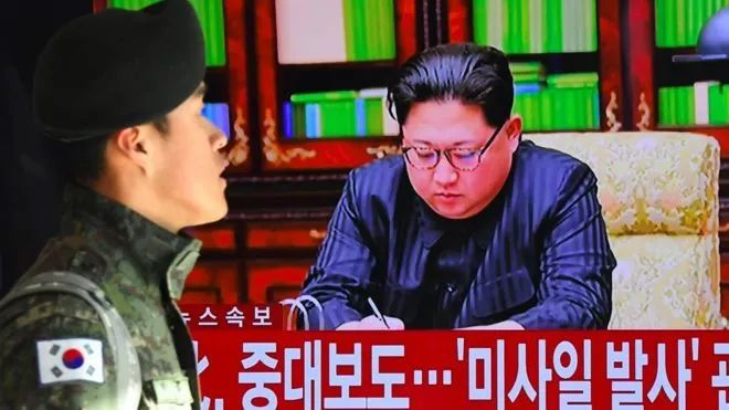 ▲资料图片:一名韩国军人经过一个播放有金正恩画面的电视屏幕。(法新社)