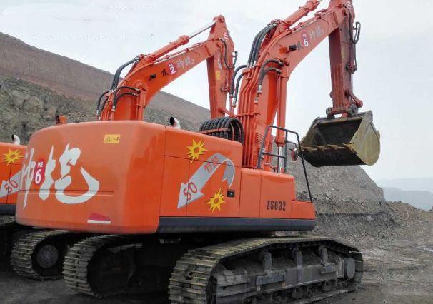 楊雙來與力士德公司合作研發的ZS632節能挖掘機近照,車體尾部安裝了蓄能器。