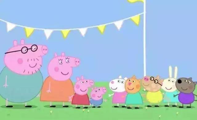 这样的国际幼儿园,一年至少要准备25万,佩吉家有两只小猪,因此一年花在幼儿教育方面的费用,至少要50万元。 基因优秀的爸妈 这个时候就要搬出让佩奇成为富二代的猪爸爸和猪妈妈了,猪妈妈是一位家庭主妇,但也没闲着,在家做着兼职。
