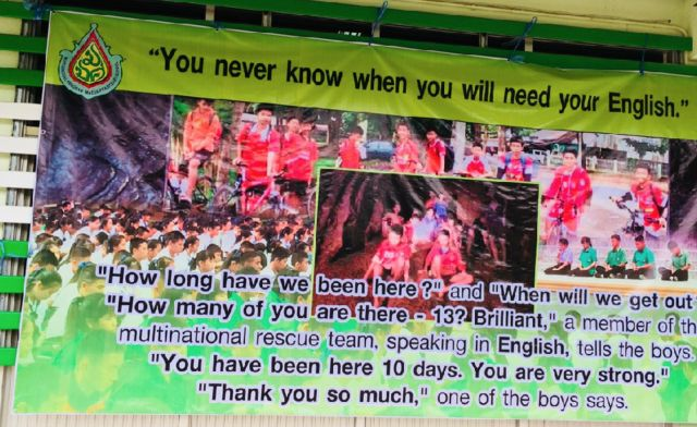 外教老师制作的条幅海报:你永远不知道你什么时候会用上英语