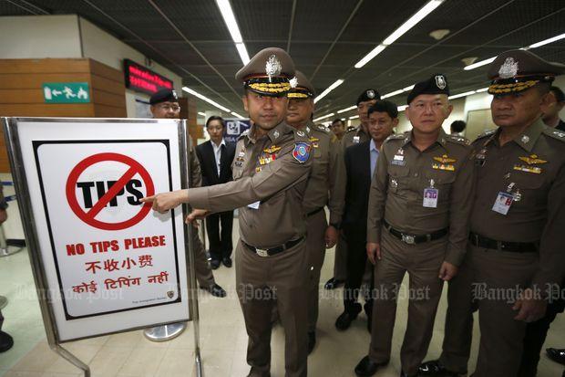 素拉切向媒体展示警示牌 图自《曼谷邮报》