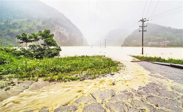 今年以来长江最强过境洪水陆续通过主城