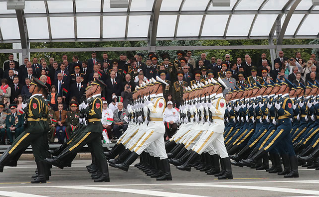 中国人民解放军仪仗队参与白俄罗斯独立日阅兵仪式。