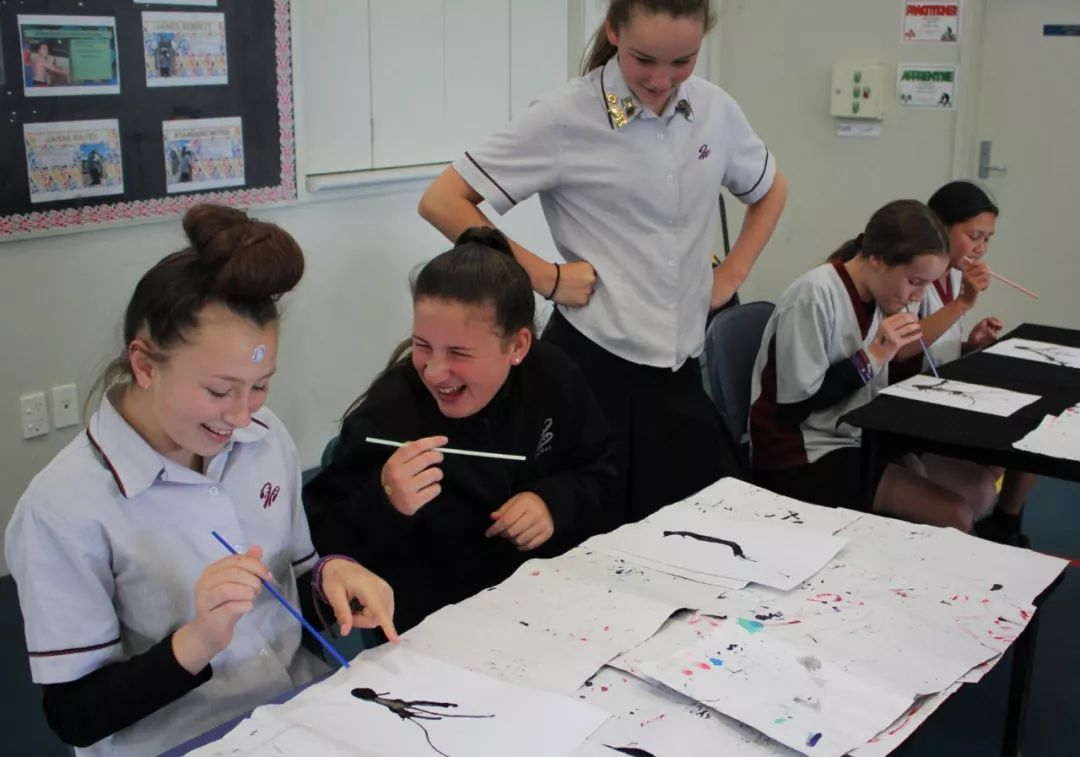 11月19日,在新西兰罗托鲁阿初级中学,学生们体验用吹墨方式作画。新华社发