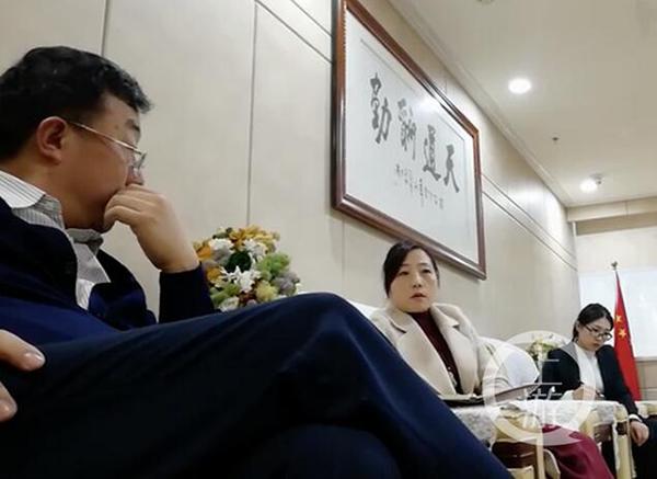 上年12月24日,海高财富公司股东方严佳红接待杜碧海(左壹)。