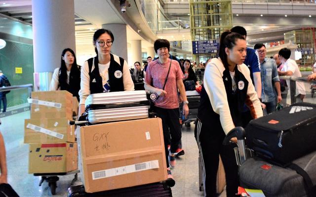 冠军凯旋 中国女排今晨回到北京